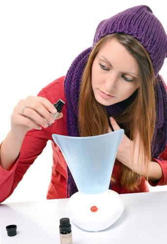 Девушка лечит простуду паровым ингалятором с применением эфирного масла