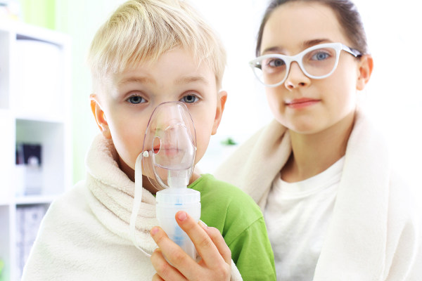Ингаляции для ребенка с помощью ингалятора небулайзера